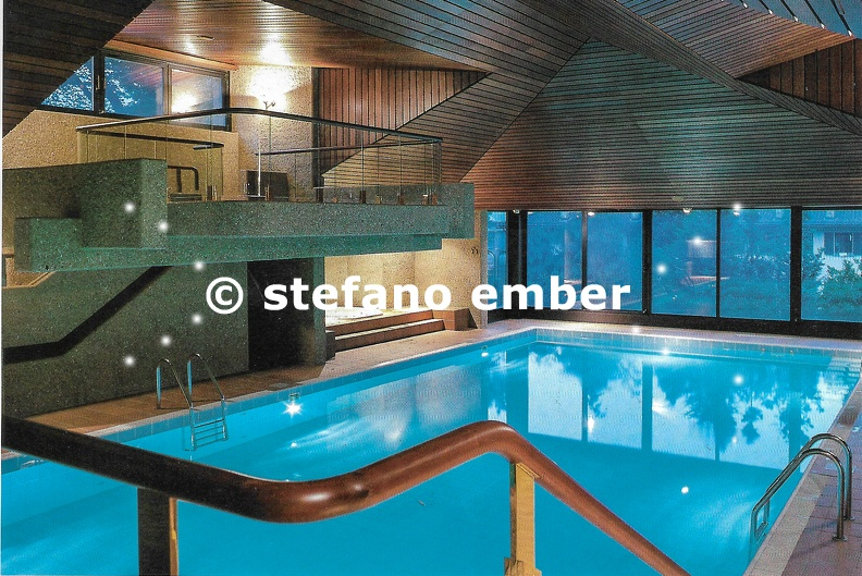 Modern_swimming_pool_of_an_apartment_building_at_Lugano.jpg