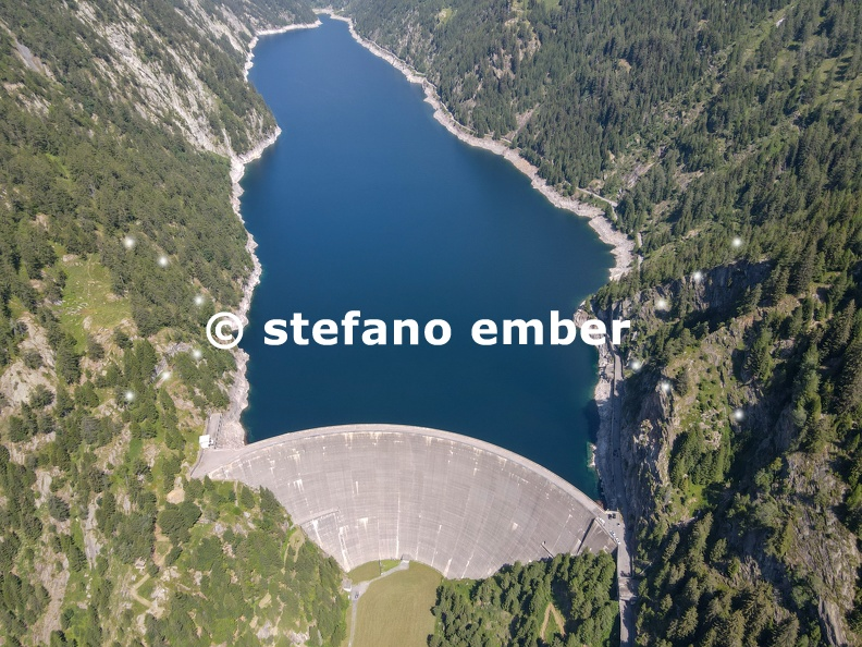 The_dam_of_Sambuco_in_Maggia_valley_on_the_Swiss_alps.jpg