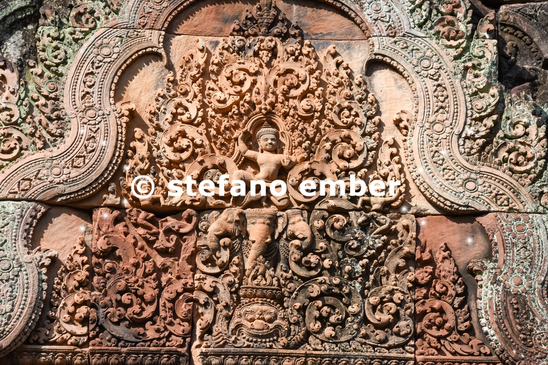 Banteay_Srei_temple_close-up_carving_located_in_the_area_of_Angkor.jpg