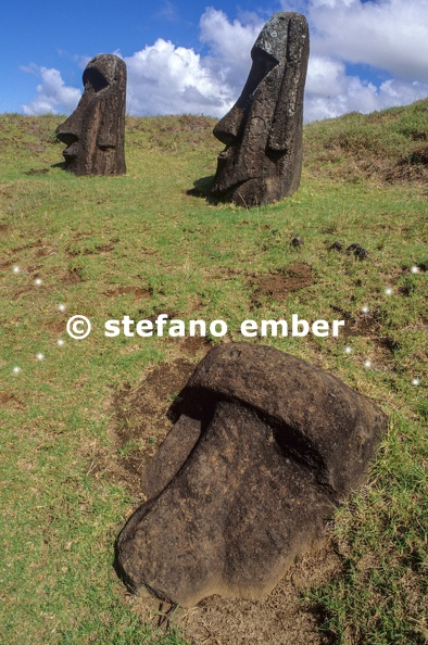 Moais_statues_on_easter_island.jpg