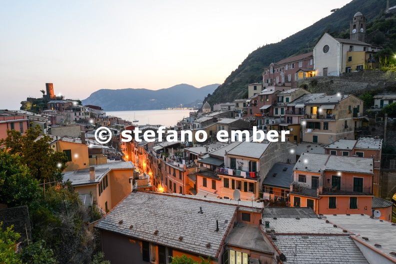 Scenic_night_view_of_village_Vernazza_and_ocean_coast_in_Cinque_Terre.jpg