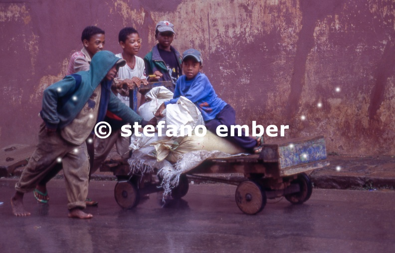 Boys_pushing_an_old_cart_at_Ambositra.jpg